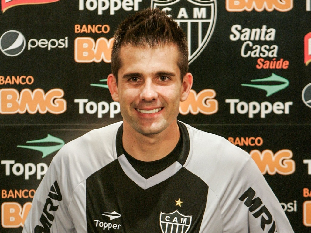 Victor durante sua apresentao oficial como jogador do Atltico-MG (4/7/2012)
