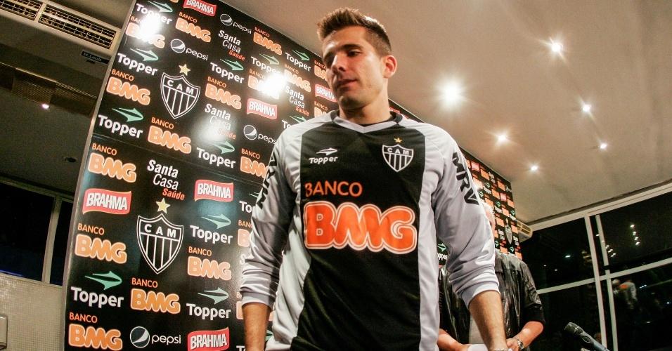 Victor veste a camisa do Atlético-MG durante sua apresentação (4/7/2012)