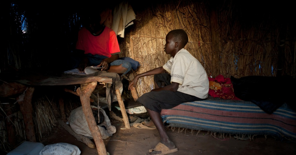 22.jun.2012 - Crian&#231;as sudanesas leem em campo de refugiados de Yida, no Sud&#227;o do Sul, onde milhares de pessoas, muitas delas menores e desacompanhadas dos pais, tentam fugir da viol&#234;ncia nas Montanhas Nuba. Uma nova gera&#231;&#227;o de meninos e meninas perdidos est&#225; a emergir de uma guerra que, apesar de um acordo de paz, nunca foi completamente terminada