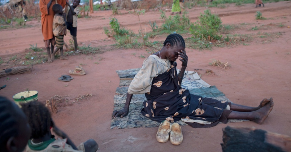 22.jun.2012 - Sudanesa refugiada chora em acampamento em Yida, no Sud&#227;o do Sul, onde milhares de pessoas, muitas delas crian&#231;as desacompanhadas dos pais, tentam fugir da viol&#234;ncia nas Montanhas Nuba. 