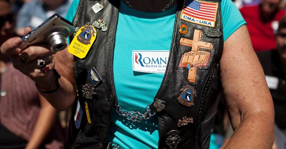 26.jun.2012 ? Membro da Associação Cristã de Motociclistas participa de evento de campanha do republicano Mitt Romney em Salem, Virgínia. O ex-governador de Massachusetts vem reduzindo o tom em relação aos imigrantes, em uma tentativa de atrair o voto dos hispânicos, que compõem boa parte do eleitorado em Estados como Colorado, Flórida, Nevada e Virgínia
