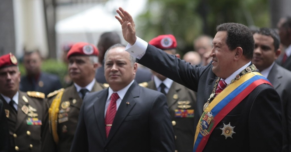 4.jul.2012 - O presidente da Venezuela, Hugo Ch&#225;vez, acena para a p&#250;blico que acompanha sua chegada &#224; Assembleia Nacional para a cerim&#244;nia do 201 anivers&#225;rio da Independ&#234;ncia da Venezuela, em Caracas