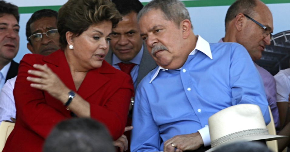 5.jul,2012 - A presidente Dilma Rousseff e o ex-presidente Luiz In&#225;cio Lula da Silva conversam durante a cerim&#244;nia de inaugura&#231;&#227;o de uma UPA (Unidade de Pronto Atendimento) 24 horas nesta quinta-feira (5), em S&#227;o Bernardo do Campo (SP)