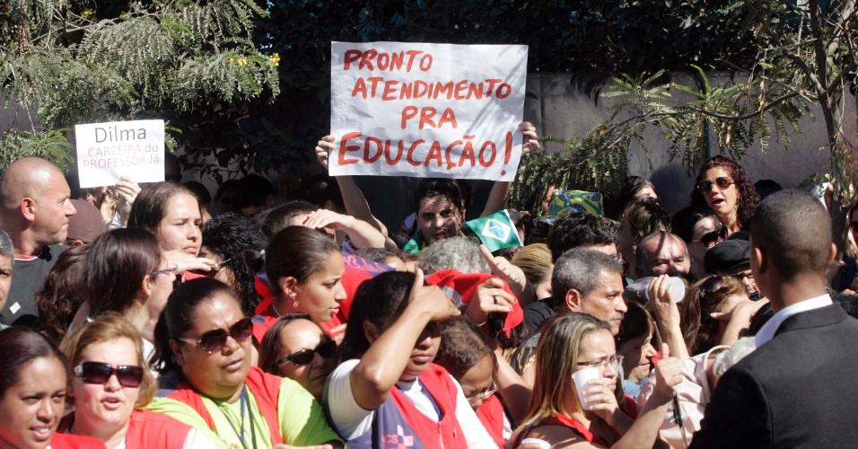"""5.jul.2012 - A presidente Dilma Rousseff enfrentou nesta quinta-feira (5) protestos de professores, estudantes e funcionários de universidades federais em greve durante a inauguração de uma unidade de saúde em São Bernardo do Campo. """"Dilma, a culpa é sua, a minha aula é na rua"""", gritavam os manifestantes, que também pediam """"negocia, negocia"""" a presidente"""