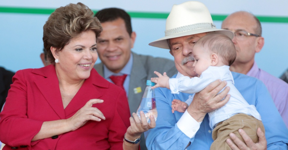 5.jul.2012 - A presidente Dilma Rousseff o neto do ex-presidente Luiz In&#225;cio Lula da Silva, Arthur, na cerim&#244;nia de inaugura&#231;&#227;o de uma UPA (Unidade de Pronto Atendimento) 24 horas nesta quinta-feira (5), em S&#227;o Bernardo do Campo (SP).