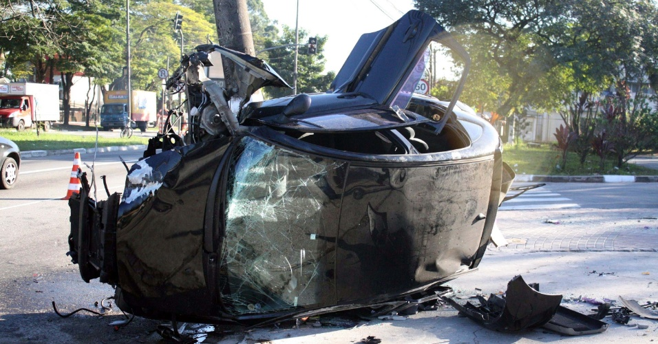 5.jul.2012 - Carro destru&#237;do ap&#243;s bater em poste e capotar, na pista sentido centro da avenida Atl&#226;ntica, na zona sul de S&#227;o Paulo. A v&#237;tima foi socorrida em estado grave no Hospital do Graja&#250;