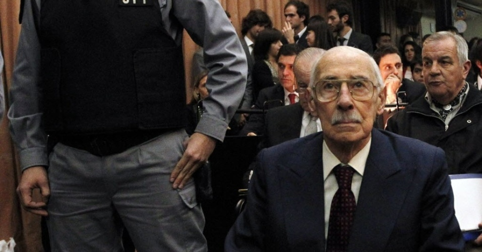5.jul.2012 - O ex-ditador argentino Jorge Videla ouve a senten&#231;a que o condenou a 50 anos de pris&#227;o ap&#243;s julgamento nesta quinta-feira (5), em Buenos Aires. Videla foi condenado pelo rapto de beb&#234;s