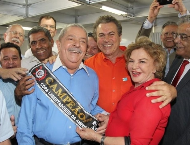 5.jul.2012 - O ex-presidente Luiz In&#225;cio Lula da Silva posa com a faixa de campe&#227;o da Libertadores do Corinthians durante cerim&#244;nia de inaugura&#231;&#227;o de unidade de sa&#250;de em S&#227;o Bernardo do Campo (SP), nesta quinta-feira (5)