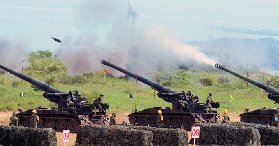 5.jul.2012 - O Ex&#233;rcito de Taiwan treina com canh&#245;es no norte do pa&#237;s nesta quinta-feira (5). A imprensa local disse que os Estados Unidos esperam assinar em breve um contrato militar com o pa&#237;s