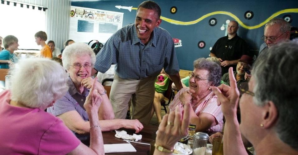 5.jul.2012 - O presidente dos Estados Unidos, Barack Obama, fala com clientes de um restaurante em Oak Harbor, Ohio, onde apareceu de surpresa. Em campanha pela reeleição, Obama está fazendo uma viagem de ônibus pelo país