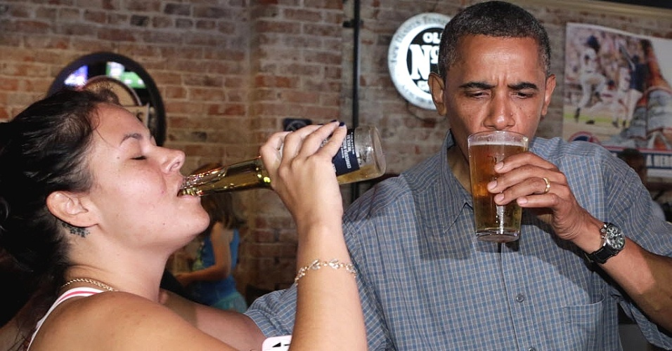 5.jul.2012 - O presidente dos EUA, Barack Obama, toma cerveja acompanhado de uma eleitora norte-americana em um pub em Amherst, Ohio, nesta quinta-feira (5). Em campanha pela reelei&#231;&#227;o, Obama est&#225; fazendo uma viagem de dois dias pelos Estados de Ohio e Pensilv&#226;nia