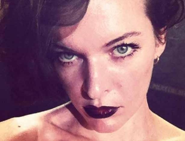 """A atriz russa Milla Jovovich mostrou em foto publicada no Twitter os bastidores de um editorial para a revista de moda """"Vogue"""" (4/7). A atriz atualmente estrela """"Resident Evil: Retribuição"""", filme baseado na franquia de games"""