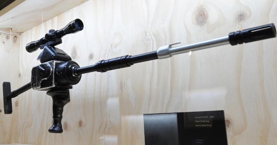 """A """"Gun Hasselblad"""" usado no filme """"007 - Permissão Para Matar"""" (1989), está exposta no Barbican de Londres (5/7/12)"""