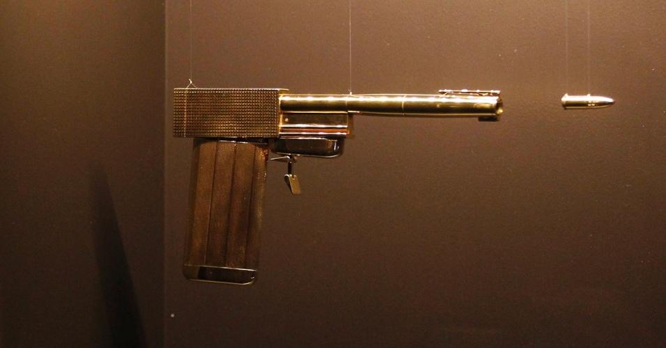 """A pistola de ouro usada em """"007 contra o Homem da Pistola de Ouro"""" de 1974, é uma das peças expostas na exposição em homenagem aos cinquenta anos da saga 007, no centro Barbican, em Londres, a partir desta quinta-feira (5)"""