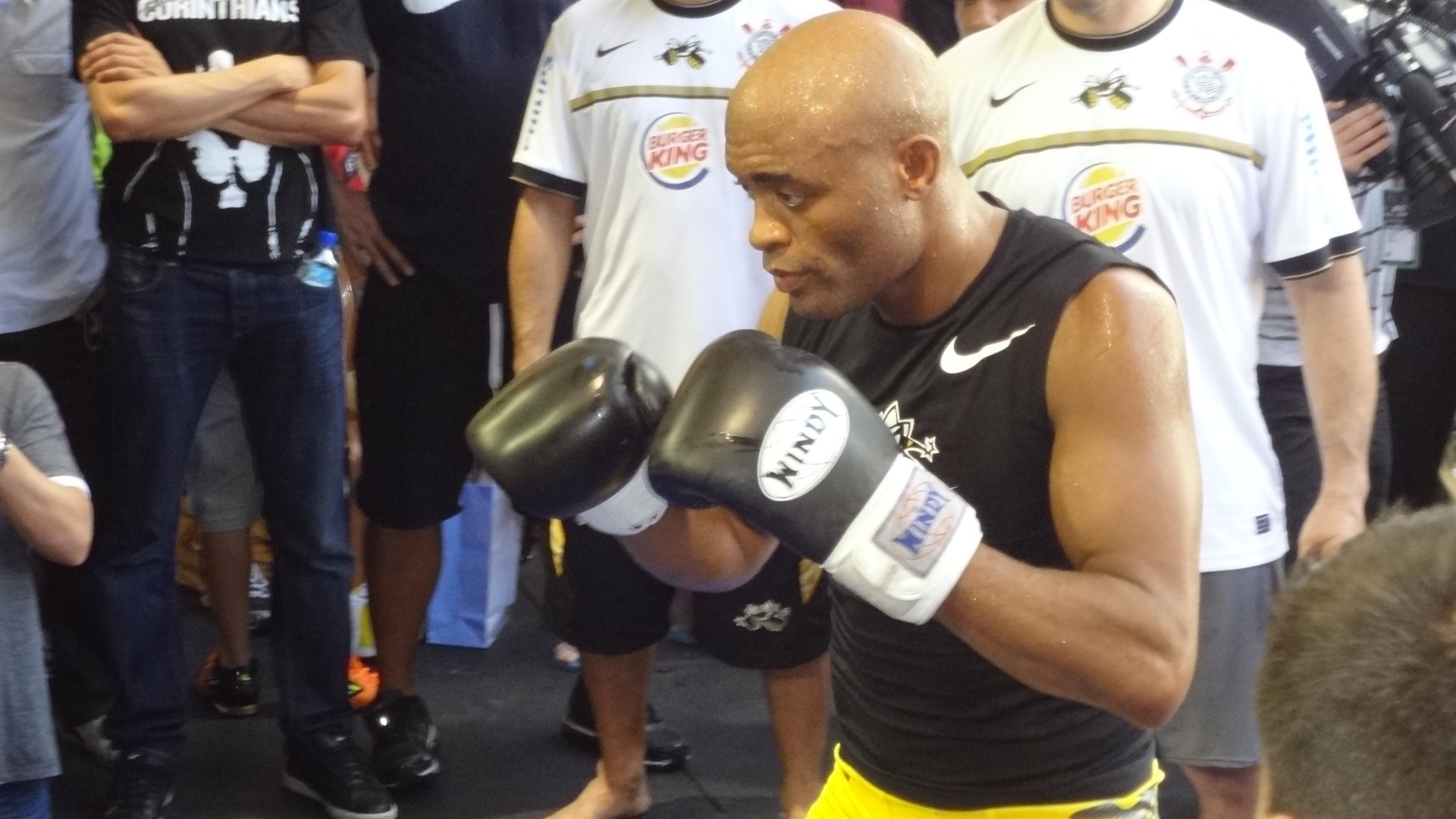Anderson Silva arriscou alguns golpes de trocao durante treino aberto do UFC 148