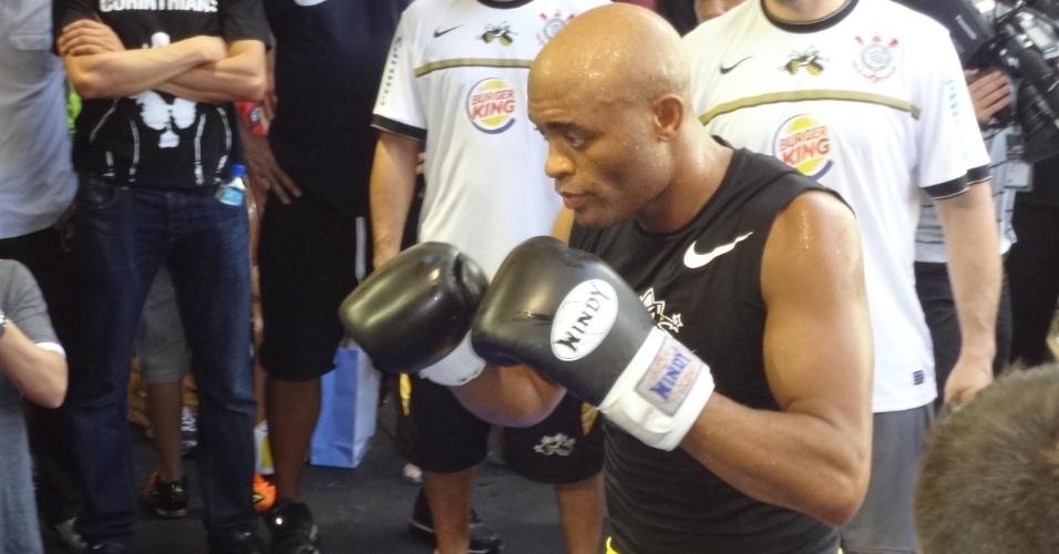 Anderson Silva arriscou alguns golpes de trocação durante treino aberto do UFC 148