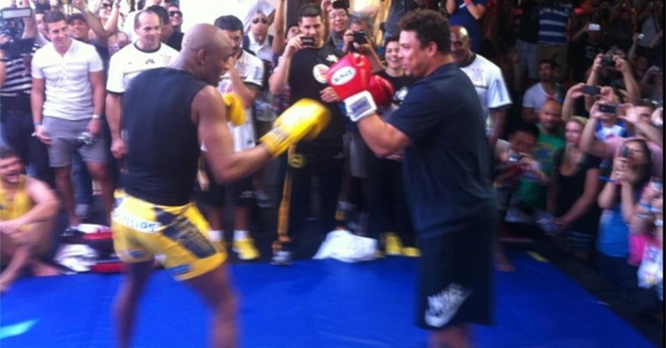 Anderson Silva e Ronaldo se enfrentam em brincadeira durante treino aberto do UFC 148