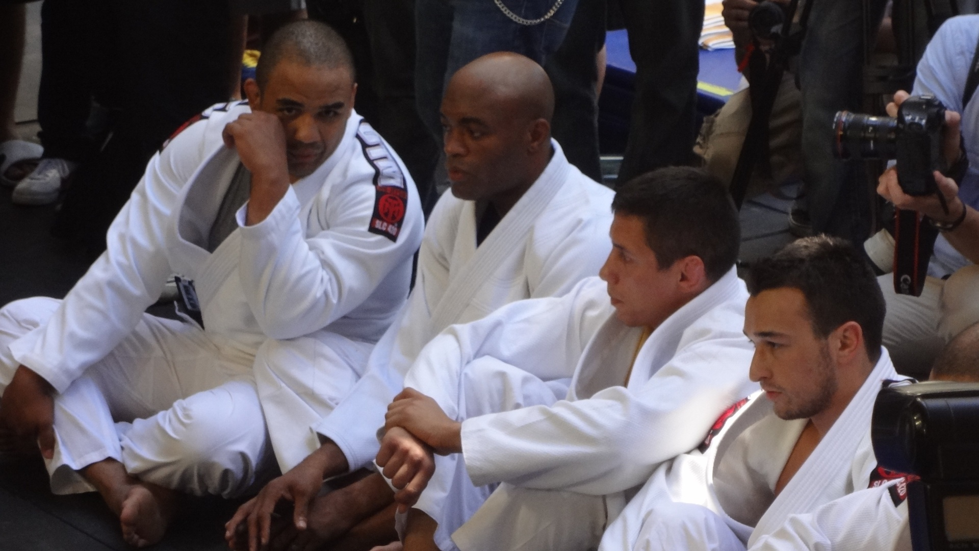 Anderson Silva, sentado, aguarda para iniciar seu treino durante evento aberto ao pblico, em Las Vegas