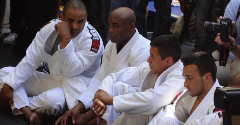 Anderson Silva, sentado, aguarda para iniciar seu treino durante evento aberto ao público, em Las Vegas