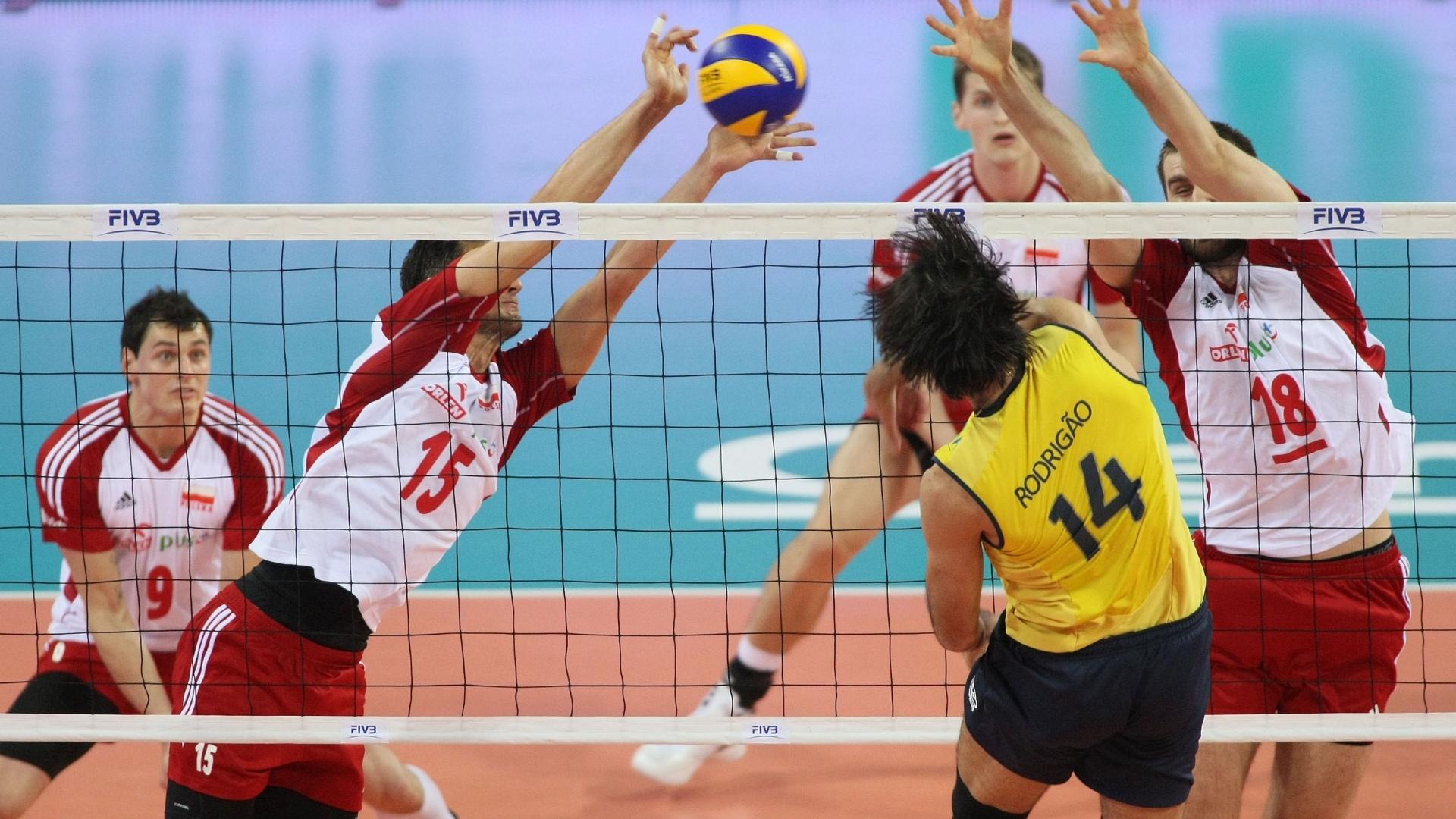 Brasileiro Rodrigão encara o bloqueio quebrado da Polônia em lance de jogo desta quinta-feira pela Liga Mundial (05/07/2012)