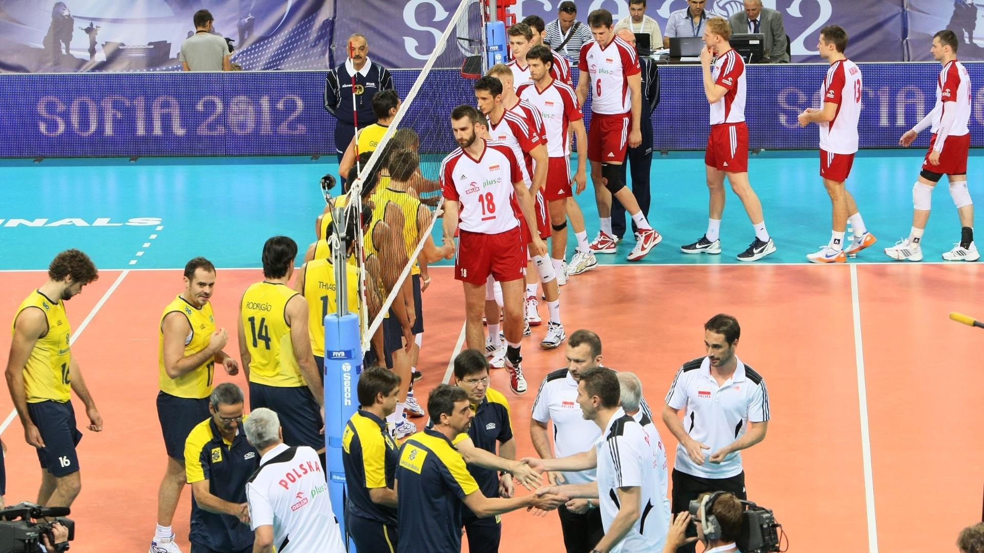 Brasileiros e poloneses cumprimentam-se na rede antes do início do jogo desta quinta-feira em Sófia, Bulgária (05/07/2012)