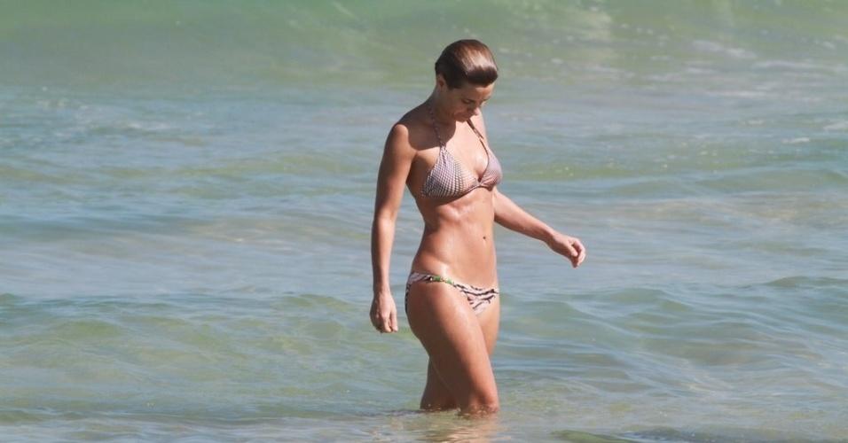 Carolina Dieckmann curtiu praia na Barra da Tijuca, zona oeste do Rio (5/7/12)
