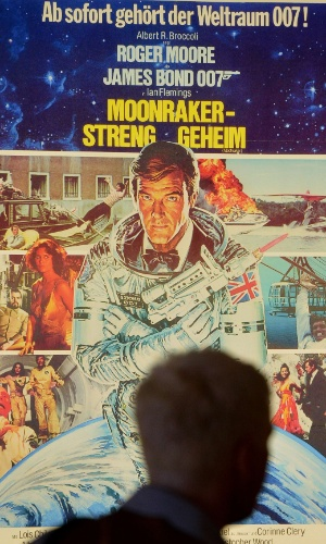"""Cartaz de """"007 contra o Foguete da Morte"""" (1979), na exposição que celebra os cinquenta anos da franquia 007, em Londres (5/7/12)"""