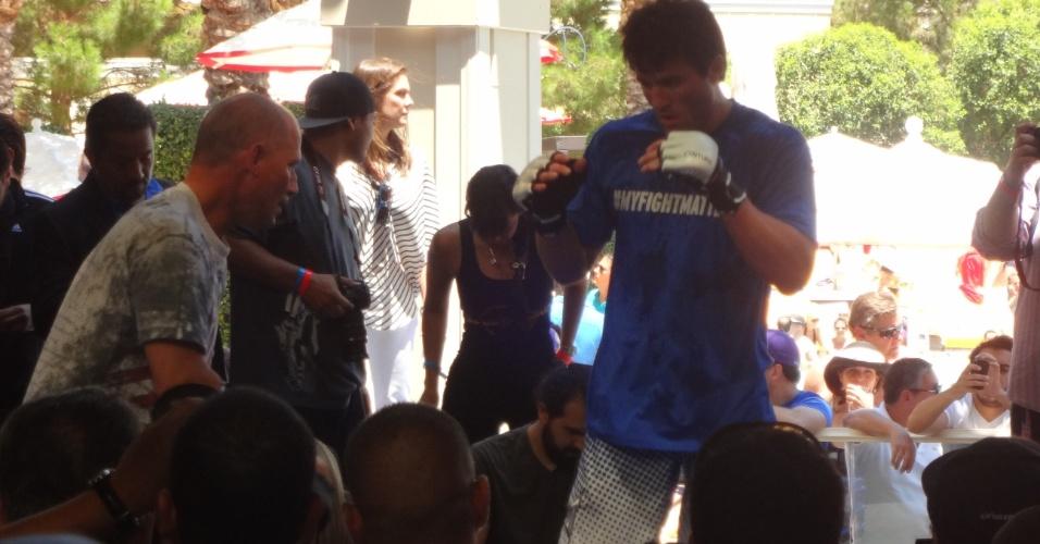 Chael Sonnen participa do treino aberto ao público antes de combate histórico com Anderson Silva em Las Vegas