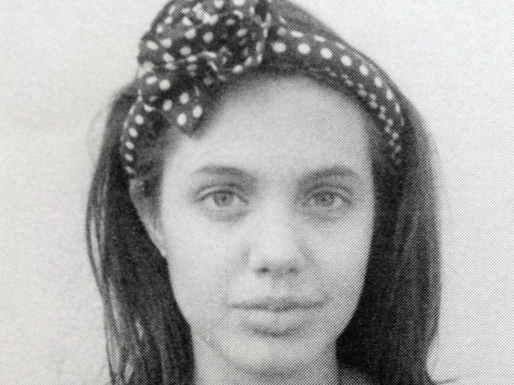 Com 14 anos, Angelina Jolie em foto da escola El Rodeo em Beverly Hills, na Califórnia, EUA