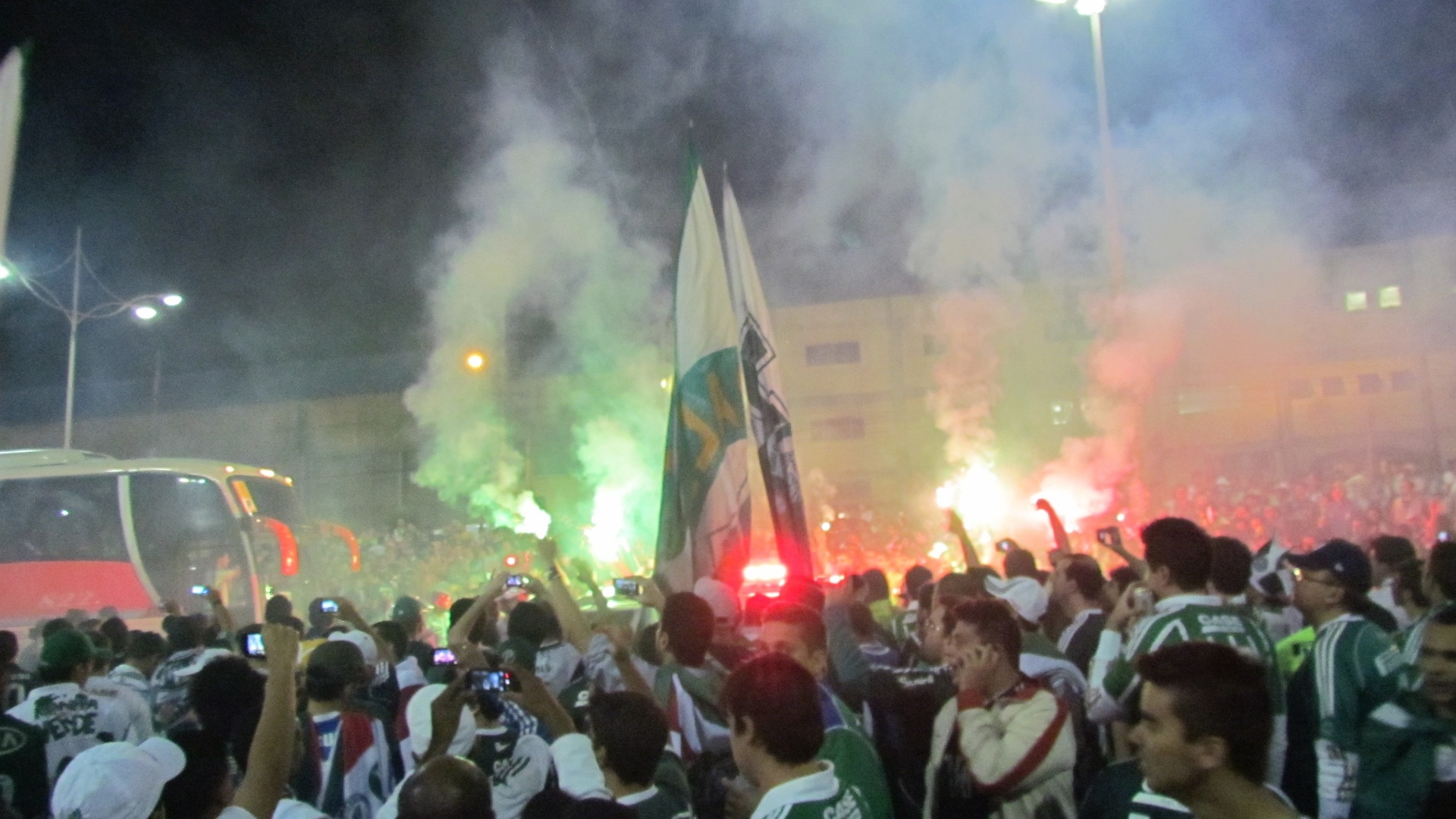 Conforme prometido at em cartaz, a torcida do Palmeiras imitou a do Coritiba e criou o 