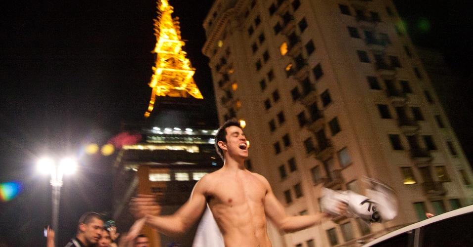 Corintiano celebra título da Libertadores na avenida Paulista na madrugada desta quinta-feira