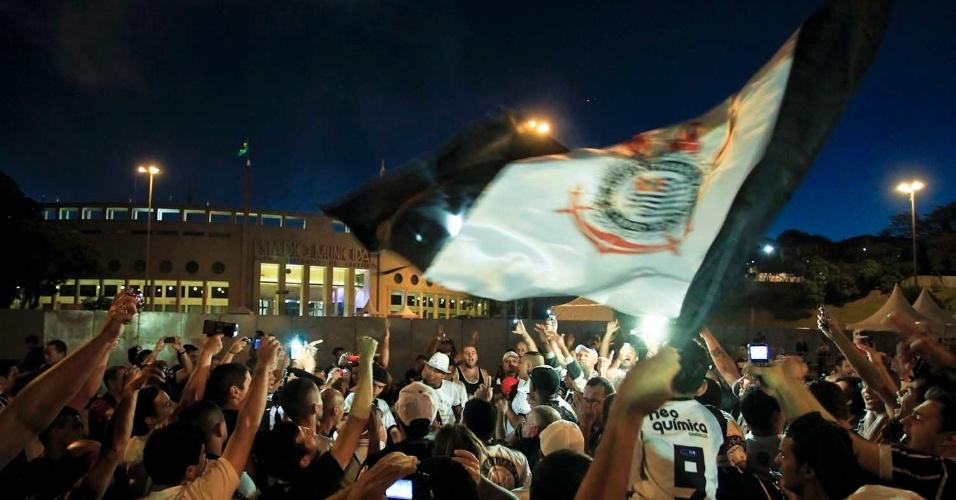 Do lado de fora do Pacaembu, torcedores do Corinthians antes do jogo contra o Boca Juniors