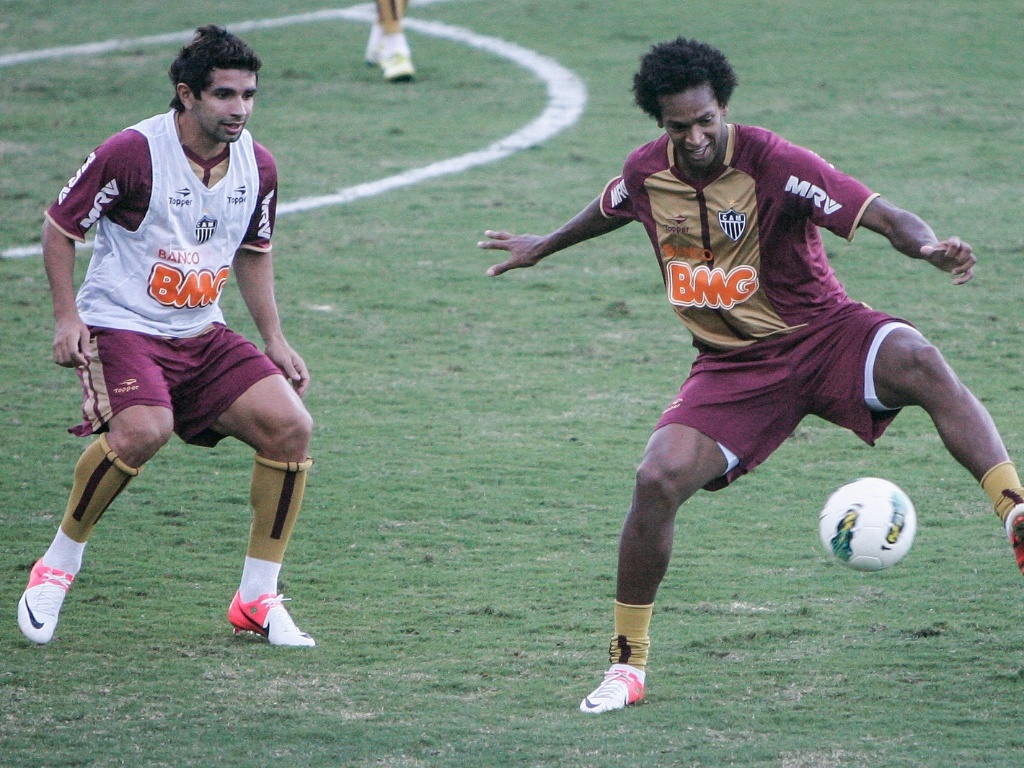 Duelo de atacantes em treino do Atltico-MG na Cidade do Galo (5/7/2012)