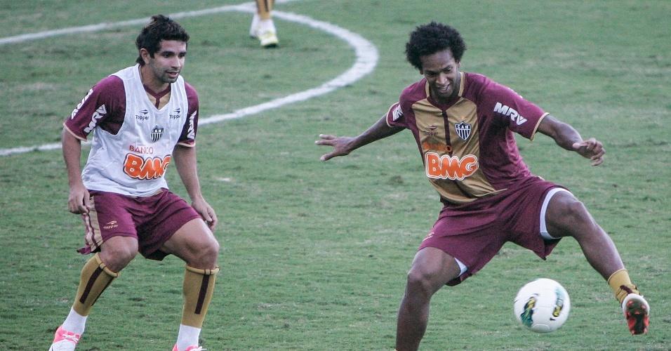 Duelo de atacantes em treino do Atlético-MG na Cidade do Galo (5/7/2012)