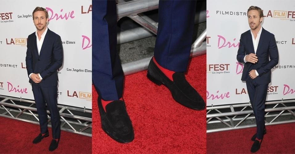 """Em ocasiões mais formais, Ryan Gosling costuma vestir ternos bem cortados e ajustados ao corpo. Para a première do filme """"Drive"""", em Los Angeles, o ator usou um modelo azul, com camisa branca, sem gravata. A ousadia do look ficou por conta da combinação do mocassim preto com meias vermelhas"""