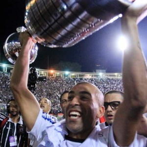 Emerson Sheik com a ta&#231;a Libertadores; heroi da conquista contou que passou fome na inf&#226;ncia