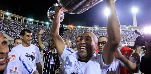 Emerson Sheik ergue o trof&#233;u da Libertadores; atacante marcou dois gols na final