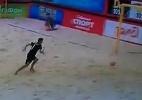 Blog: Goleirão tropeça sozinho e faz gol contra bizarro em jogo de futebol de areia; assista - Reprodução de TV