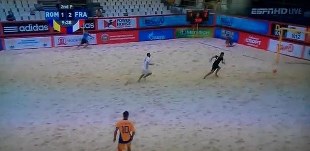 Goleiro tropeça e faz gol contra nas eliminatórias europeias para a Copa