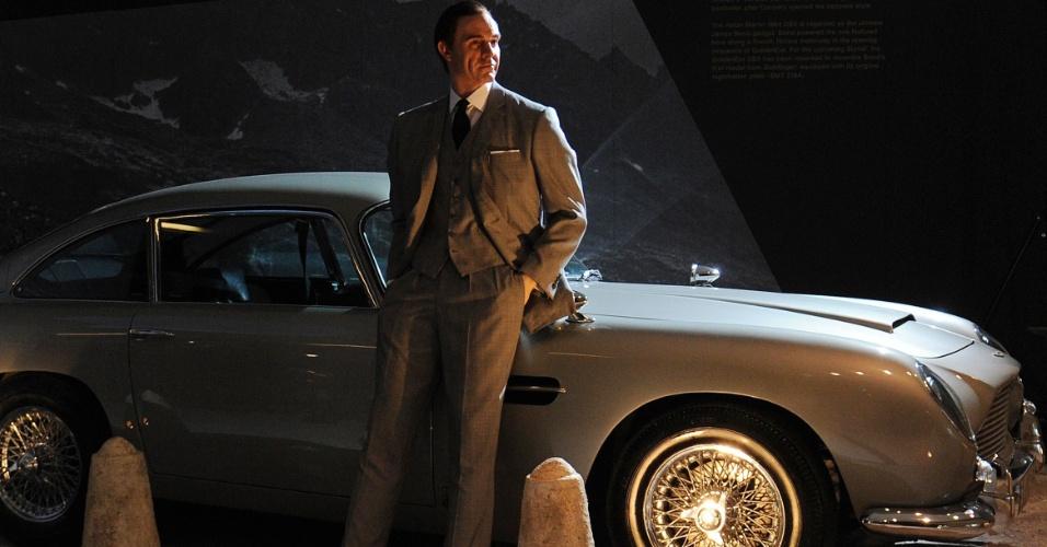 """James Bond em frente ao Aston Martin DB5 usado em """"007 contra GoldenEye"""" (1995). A exposição em homenagem ao meio século de vida da franquia 007 foi montada com a ajuda de produtores dos filmes"""
