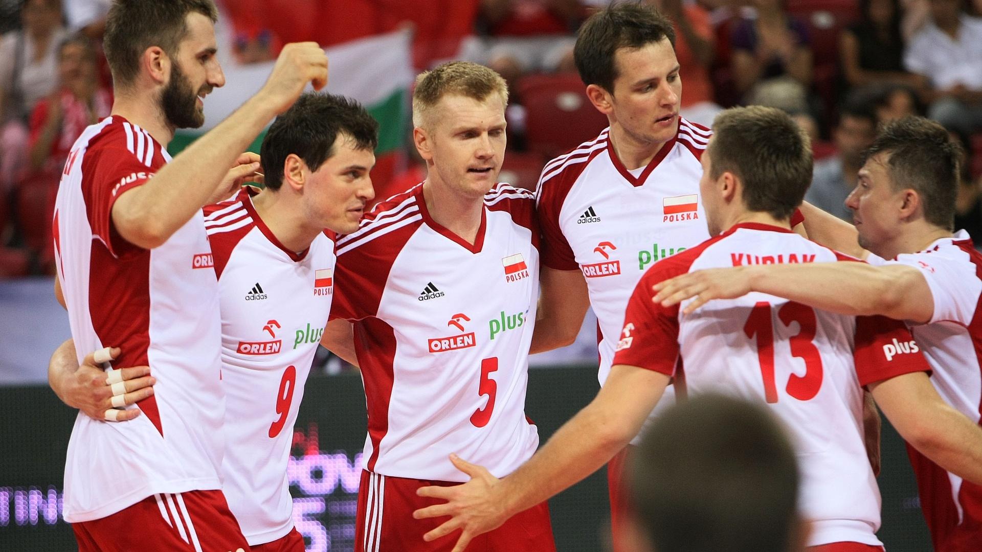 Jogadores da Polônia comemoram um ponto na vitória por 3 sets a 2 sobre o Brasil pela Liga Mundial (05/07/2012)