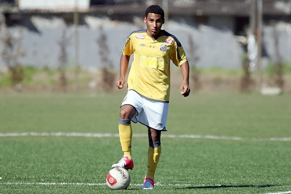 Joshua, 15 anos, ficar treinando na equipe sub 17 do Santos durante suas frias