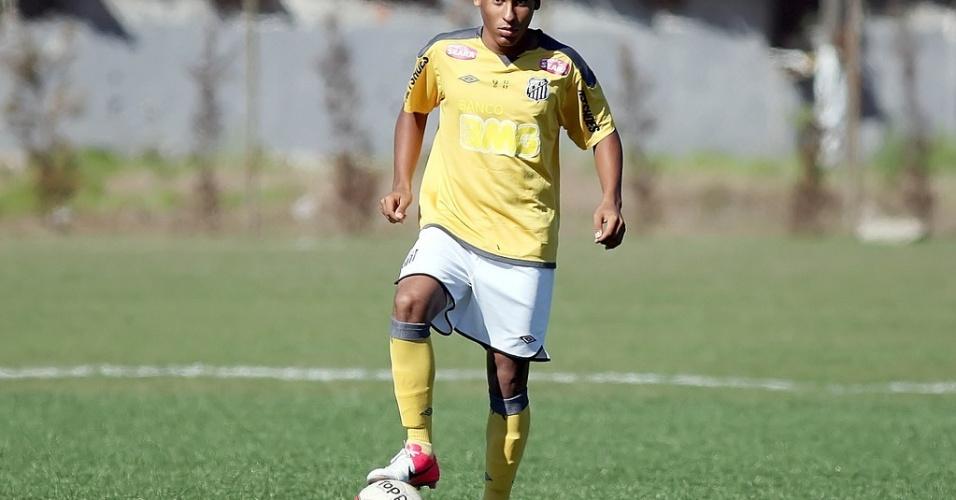 Joshua, 15 anos, ficará treinando na equipe sub 17 do Santos durante suas férias