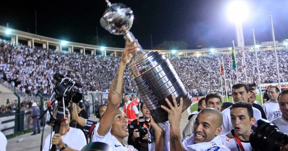 Liedson e Emerson Sheik erguem o troféu da Libertadores, conquistado de forma inédita pelo Corinthians