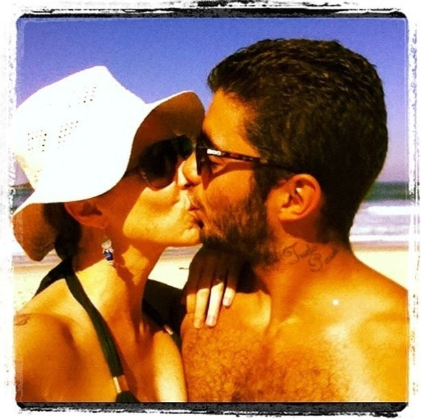 Luana Piovani divulga foto beijando o marido (5/7/2012)