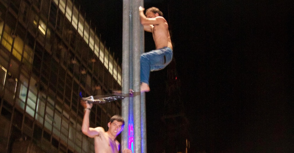 Na avenida Paulista, corintianos celebram conquista de título inédito da Libertadores