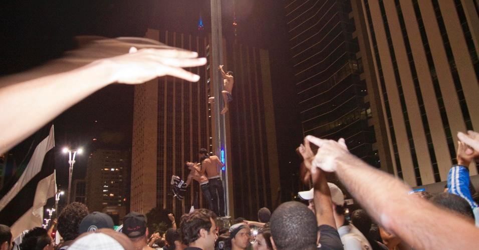 Na avenida Paulista, torcedores corintianos celebram título da Libertadores