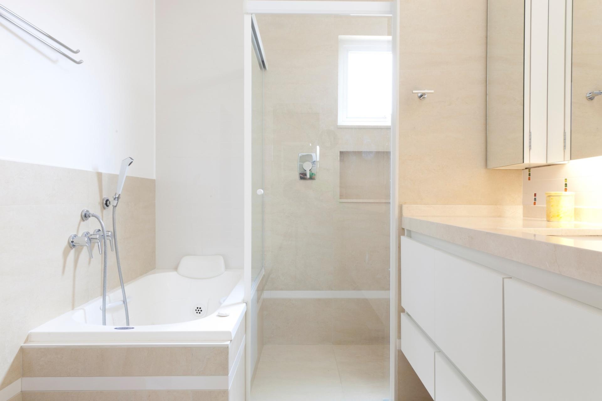 banheiro da suíte do casal é moderno e prático com mobiliário  #975934 1920x1280 Banheiro Com Banheira Casal