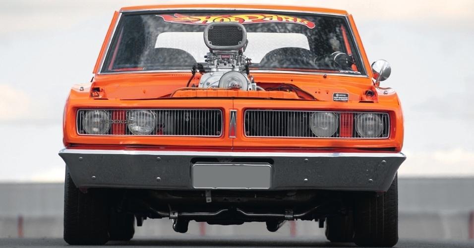 O desenho frontal não recebeu tantas modificações quanto a traseira e manteve o visual invocado do Dodge Charger 1976 original