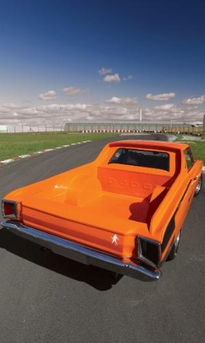 O formato e o desenho da caçamba, a pintura laranja e outros detalhes do carro têm visual exclusivos, criados pelo próprio dono